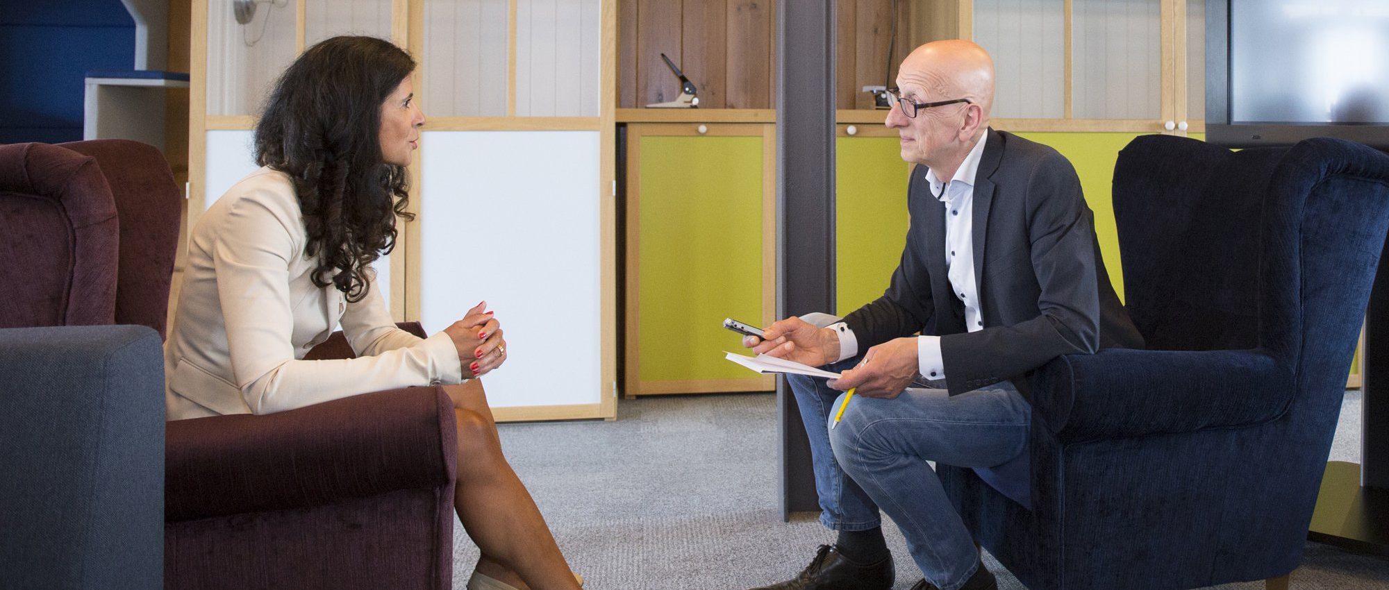Tom de Hoog interviewt Claudia Reiner (UNETO-VNI) voor een hoofdartikel in magazine Duurzaam Gebouwd (foto: Robert Tjalondo)
