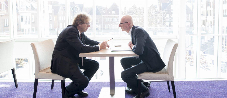 Tom de Hoog interviewt Michael Braungart voor een artikel in magazine Duurzaam Gebouwd (foto: Robert Tjalondo)