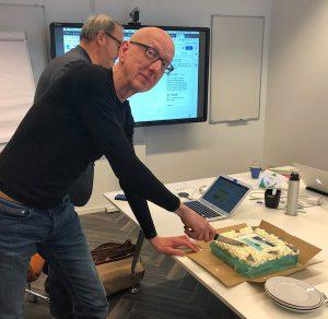Tom de Hoog | CONTEXT snijdt de taart aan bij de feestelijke start van allesuitjezelf.nl live.